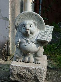 Le Tanuki est un chien viverrin que les légendes ont doté de pouvoirs magiques. Ils sont capables de changer d'apparence pour se transformer en n'importe quel objet, ce qui est bien pratique pour jouer des tours aux humains. Autre caractéristique surprenante, l'élasticité de leurs testicules leur permet d'innombrables activités, comme pêcher ou planer avec un parachute d'appoint. Un animé des studios Ghibli leur est consacré : Pompoko