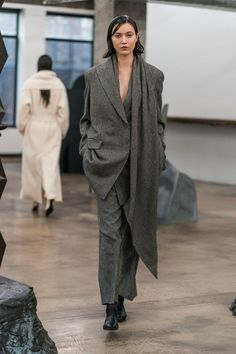 The complete The Row Fall 2018 Ready-to-Wear fashion show now on Vogue Runway. : The complete The Row Fall 2018 Ready-to-Wear fashion show now on Vogue Runway. Girlie Style, Style Me, Olsen Twins Style, Normcore, Roll Neck Sweater, Bell Bottom Pants, Runway Fashion, Fashion Trends, Women's Fashion