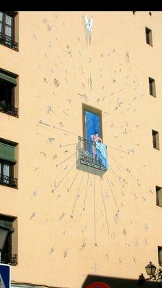 Reloj de sol en lateral edificio calle El Sombrerete. Madrid