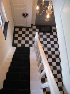 zwart-witte tegels hal + trap met n loper
