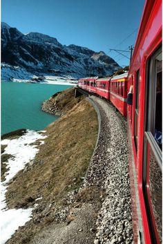 Que tal fazer fazer um passeio incrível pelos Alpes Suíços no trem Bernina Express? Esse passeio parte de Milão e é ideal para um bate e volta.