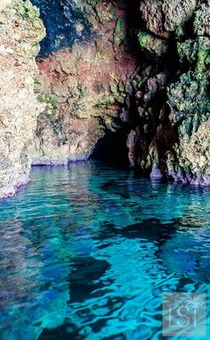 Not only are Menorca beaches beautiful, when you compare them to other popular travel destinations in Spain and popular beach destinations in Europe and the rest of the world, they are little known and under-explored. It is an island with tens of virgin b