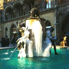 Fischbrunnen auf dem Münchener Marienplatz.