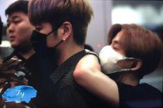 They always have each other's backs 😊😭 Bobby, Winner Ikon, Wattpad, Hanbin, Pop Group, Twitter, Bigbang, My Boys, Singer