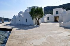 Sifnos is the destination for people who wish to discover the real Cyclades. There are few places in the world you wish to return to. Sifnos is definitely one of them. Island Villa, Greece Hotels, Greek Islands, Mansions, Architecture, House Styles, Places, Nature, Landscapes