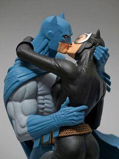DC COLLECTIBLES BATMAN HUSH BATMAN & CATWOMAN KISS STATUE UNVEILED