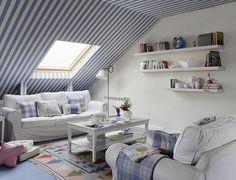 Kék-fehér sávok a mennyezeten. A tetőtéri szobában kifejezetten jól mutat a szolid falfestés, amely befolyásolja az egész szoba hangulatát!