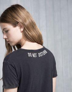 Pull&Bear - mulher - t-shirts - t-shirt bordado nas costas - preto deslavado - 09242343-V2016