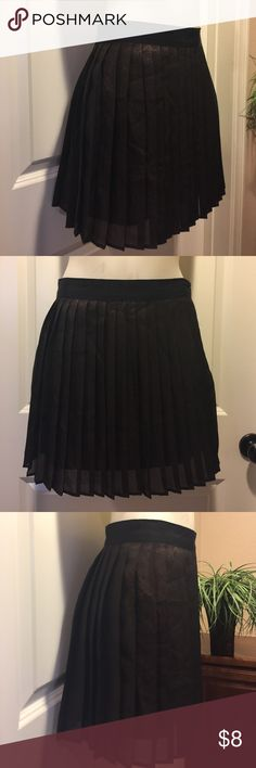 Forever 21 Skirt🌟 Forever 21 Skirt in excellent condition, no flaws, lined, side zip. Thanks for looking 😊 Forever 21 Skirts Circle & Skater