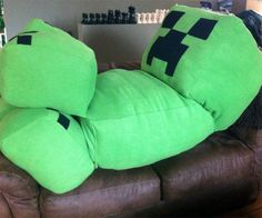 Get cuddly with your favorite Minecraft villain with this life-size creeper pillow. This massive pillow makes an excellent gift for Minecraft fans, and can even be requested in non-traditional creeper colors such as orange, red, blue, and pink. Minecraft Room, Cool Minecraft, Minecraft Crafts, Minecraft Party, Minecraft Skins, Minecraft Pillow, Minecraft Sword, Minecraft Comics, Creepers