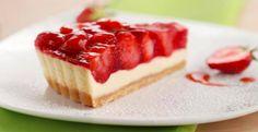 Strawberry Cheesecake *-*  Für den Teig: 150g Kekse (Butterkekse), zerkrümelt 25g Zucker 75g Butter, zerlassene 1/4 TL Zimt  Für die Füllung: 450g Frischkäse 200gMascarpone 140gZucker 2 Pck. Vanillezucker 15g Speisestärke 4 gr. Eier 1/2 Zitrone, unbehandelte, die abgeriebene Schale davon 15 ml Zitronensaft 1 Prise Salz 100 g Crème fraîche 3 Blätter Gelatine 500g Erdbeeren 30ml Erdbeersaft  50gZucker Fett & kaltes Wasser  Backofen auf 175°C vorheizen.