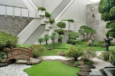 Refreshing little garden borrowing heavily from the Japanese motif