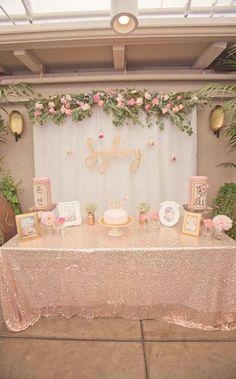 Tutis Babyshower- rosado y dorado con plantas verdes.