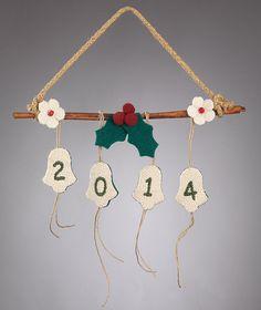 www.mpomponieres.gr Κρεμαστό στολίδι χριστουγέννων με κανέλα από την οποία κρέμονται καμπάνες από λινάτσα όπου είναι κεντημένη η χρονολογία 2015 .Η διάσταση του χριστουγεννιάτικου διακοσμητικού με κανέλα είναι 22 Χ 35 . Όλα τα χριστουγεννιάτικα προϊόντα μας είναι χειροποίητα ελληνικής κατασκευής. http://www.mpomponieres.gr/xristougienatika/kremasto-stolidi-xristougenon-me-kampanes-kai-kanela.html #burlap #christmas #ornament #felt #χριστουγεννιατικα #στολιδια #stolidia #xristougenniatika