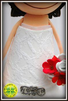 En esta ocasión os presentamos a Rober y Fani, unos novios muy molones que celebraron su boda en Orense. El vestido de Fani está confeccionado a mano con tul y encaje y lleva también un velo de tul.