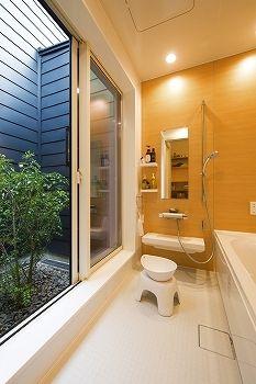 家の中心に坪庭を設け、そこに浴室を隣接。だから入浴時は露天風呂気分が楽しめる