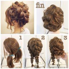 「#hairarrenge * ルーズ編みこみヘア * #アレンジ解説 * ①左サイドとそれ以外の2つにブロッキングします * ②2カ所とも裏編みこみします。 * ③編みこみ部分だけほぐし、三つ編み部分はそのままにして右耳の後ろでピンでとめます。 もう1本もその下にピッタリ添うようにピンでとめます。 *…」