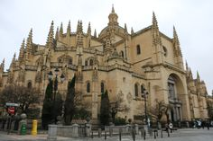 Segovia.Catedral de Santa María de Segovia. La catedral de Segovia es una de las catedrales góticas más tardías de España y de Europa.  -  Pulse en la fotografía para ver alojamientos en Segovia.