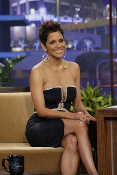 Halle Berry stopped by The Tonight Show with Jay Leno last night to promote her new thriller, The Call. The actress wore a sexy Reem Acra dress with cutouts Halle Berry Style, Halle Berry Hot, Hally Berry, Low Cut Dresses, Sexy Dresses, Beautiful Black Women, Beautiful People, Amazing People, Best Actress