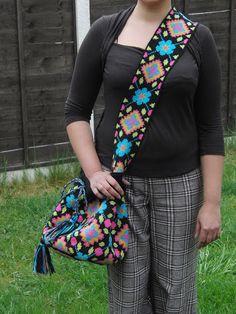 "Photo from album ""Неразобранное"" on Yandex. Crochet Handbags, Crochet Bags, Crochet Classes, Tapestry Bag, Tribal Patterns, Floral Tie, Diy And Crafts, Handmade, Poufs"