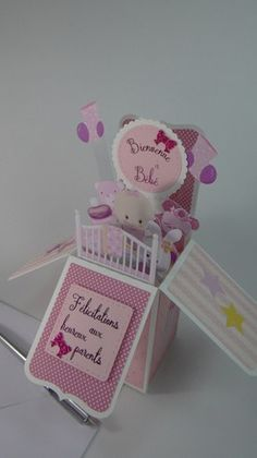 Carte naissance petite fille boîte pop up qui se glisse  à plat dans une enveloppe.  Cette carte dépliée peut aussi servir de décoration.Le dos neutre de la carte est prévu  - 20338389 Boite Explosive, Ups Boxes, Babyshower, Pop Up Cards, Stamping Up, Baby Cards, Diy And Crafts, Greeting Cards, Place Card Holders