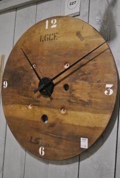 Vintage klok gemaakt van oude kabelhaspel. 80cm doorsnede! 95 euro bij Leven in Stijl