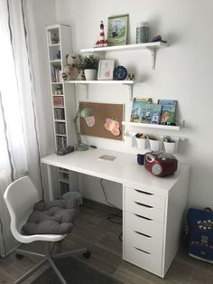 Como Montar Um Home Office: 5 Dicas Essenciais! Room Design Bedroom, Room Ideas Bedroom, Home Room Design, Small Room Bedroom, Home Office Design, Home Office Decor, Study Room Decor, Teen Room Decor, Bedroom Decor For Teen Girls
