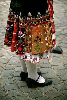 Detalhe da barra da saia de traje búlgaro, via Flickr.