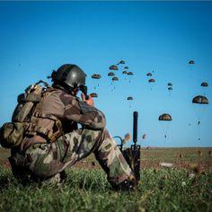[Série : BAC KAN 2015] 2e phase de l'exercice #BAC KAN 2015 : suite au balisage de la zone de #saut par le groupe #commando parachutiste le largage de la 2e #vague a commence. Il s'agissait d'un #exercice aeroporte sur le #camp militaire de Caylus mene par le 17e #regiment du #genie parachutiste de #Montauban. Cet exercice regimentaire de 36 heures deroulait les differents savoir-faire du soldat du #sapeur et du parachutiste.  Photo : C. Bordères/@armee2terre #para #parachutiste…