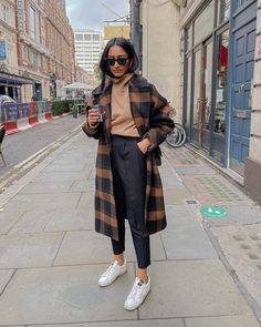 "28.6k aprecieri, 149 comentarii - Hannah | COCOBEAUTEA (@cocobeautea) pe Instagram: ""Getting through the week with the help of ☕️"" Yves Saint Laurent, Pictures To Draw, Duster Coat, Fall Winter, Fashion Outfits, Photo And Video, Pants, Jackets, Clothes"