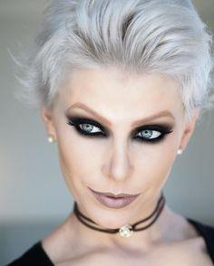 Hoje aqui em Bh, minhas meninas do curso de Makeup Expert aprenderam a fazer esse olho com a técnica horizontal e deram nome e o sobrenome uai sô.  Ele parece difícil, mas garanto que é mil vezes mais fácil que um olho de côncavo desenhado. Quem me acompanha no snap viu eu tirando essa make depois de 12 horas e como eu viro outra pessoa sem maquiagem, não é? Assustei muito vocês? Kkkk #adorodarcursos #suelenjohann #maquiadorasênior #oboticario #makeupExpert #makeupStudio #snapCha...