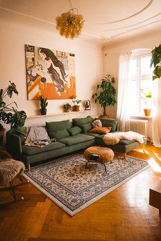 Home Interior Design .Home Interior Design Boho Living Room, Living Room Warm Colors, Cozy Living Room Warm, Retro Living Rooms, Living Room Ideas Earth Tones, Living Room Decor Green Walls, Colorful Living Rooms, Colourful Home, Green Couch Decor