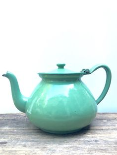 Large Vintage Tea Pot More Green vintage tea pot. Perfect to decorate your kitchen. The lid opens but I would not advise using it. For decoration only. Chen, Cuppa Tea, Tea Cozy, Teapots And Cups, Tea Art, Tea Service, Tea Infuser, Chocolate Pots, My Tea