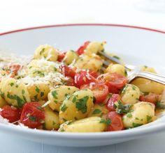 Gnocchi mit geschmolzenen Tomaten///Mediterran, einfach und so köstlich: Gnocchi mit geschmolzenen Tomaten! Kirschtomaten werden in der Pfanne angegart, damit sie ihren fruchtigen Geschmack komplett entfalten können. Knoblauch und Chili sorgen für Pep.