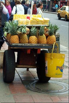 micro-store on wheels, Bogotá Colombia Colombia South America, Latin America, Colombian Food, Pub Crawl, International Recipes, Belle Photo, Street Food, Pineapple, Miami