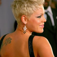 Great Hair Loss Tips From The Experts. Until you started losing your hair, you probably took it for granted. Unfortunately, with hair that could just be a fact of life. Pink Haircut, Haircut And Color, Fade Haircut, Short Hair Cuts, Short Hair Styles, Short Pixie, Pixie Cuts, Sassy Hair, My Hairstyle