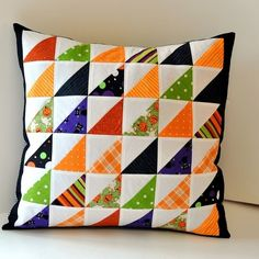 Halloween Inspiration Patchwork Pillow - Love the half-squares Halloween Quilts, Halloween Sewing, Halloween Pillows, Halloween Fabric, Quilting Tutorials, Quilting Projects, Quilting Designs, Sewing Projects, Patchwork Cushion