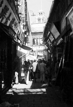 Henri Cartier-Bresson, Narrow streets in old Shanghai.