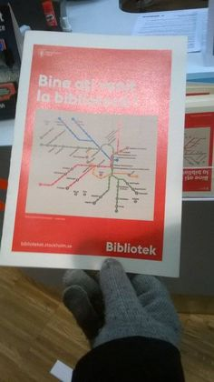 Infoesite kirjastoista tunnelbanan varrella.