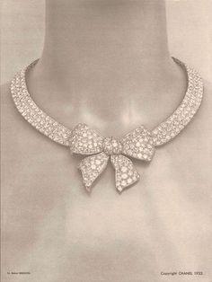 """En 1932, les photographies du dossier de presse pour l'exposition """"Bijoux de diamants"""" (dessinés par Coco Chanel avec Paul Iribe) sont prises par Robert Bresson, futur cinéaste découvert par la couturière (ici le collier """"Noeud"""")"""