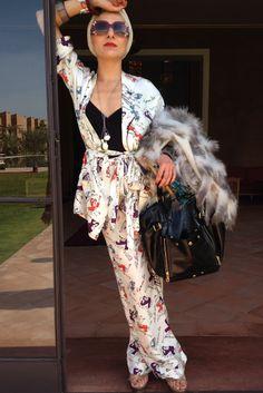 catherine baba en pyjama de soie fait par elle avec turban