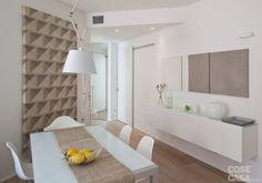 10 idee facili da copiare trasformano l'abitazione, ristrutturata e ripensata nel look. Dai colori all'arredo, ogni scelta ha permesso di ampliare visivamente gli ambienti facendoli sembrare più profondi, alti e spaziosi.