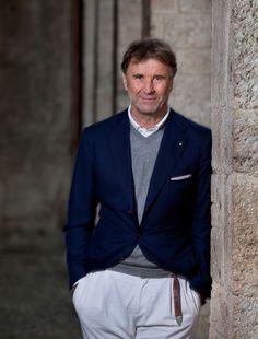 """Er ist italienischer """"Entrepreneur of the Year 2009"""" und Ehrendoktor der Universität von Perugia und bezeichnet sich selbst als Philanthrop. Brunello Cucinelli hat als Bauernsohn den Kaschmirstrick aus der konservativen Ecke geholt und revolutioniert. Heute lebt ein ganzer Ort von dieser Idee."""