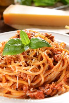 Sausage Pasta Bake, Sausage Pasta Recipes, Slow Cooker Pasta, Healthy Slow Cooker, Spaghetti Bolognese, Multicooker, Food Videos, Italian Recipes, Good Food