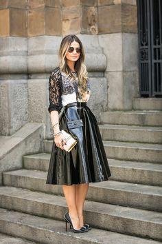 A saia de vinil e couro estão presentes em muitos looks arrasadores por aí.