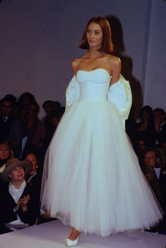 Christy Turlington / Isaac Mizrahi Runway Show S/S 1990 90s Fashion, Couture Fashion, Runway Fashion, High Fashion, Fashion Show, Vintage Fashion, Fashion Looks, Fashion Outfits, Fashion Design