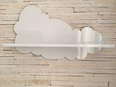 Prateleira Nuvem em MDF com pintura laqueada com brilho. Com ganchinhos na parte posterior para fixar na parede.