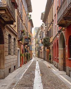 Understand why you need to visit Milan Italy. The city renowned for the historical art work such as Leonardo da Vinci's Last Supper and cultural heratige. Places To Travel, Places To Visit, Travel Destinations, Milan Travel, Italy Street, Northern Italy, Lake Como, Culture Travel, Istanbul