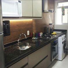 Porcelanato tipo madeira na cozinha! Essa foi a escolha da @mvbaldiarquitetura e…