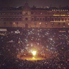 Miles presencian la quema de una imagen de EPN #JusticiaParaAyotzinapa #YaMeCanse  http://sopit.as/1xQ7WnT